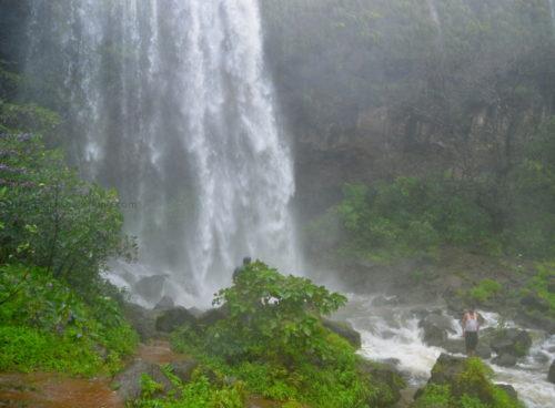 waterfalls_pune_mumbai_thokarwadi_dam10